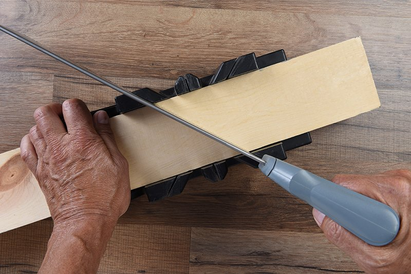 How to Cut a 45 Degree Angle With a Hand Saw