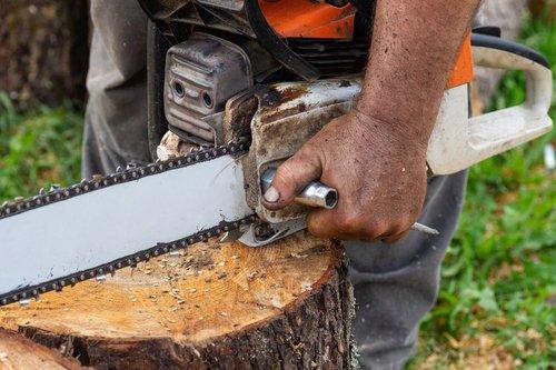 adjusting chainsaw blade tension
